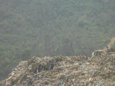 ゴミの山となっているベトナムのゴミ埋立地
